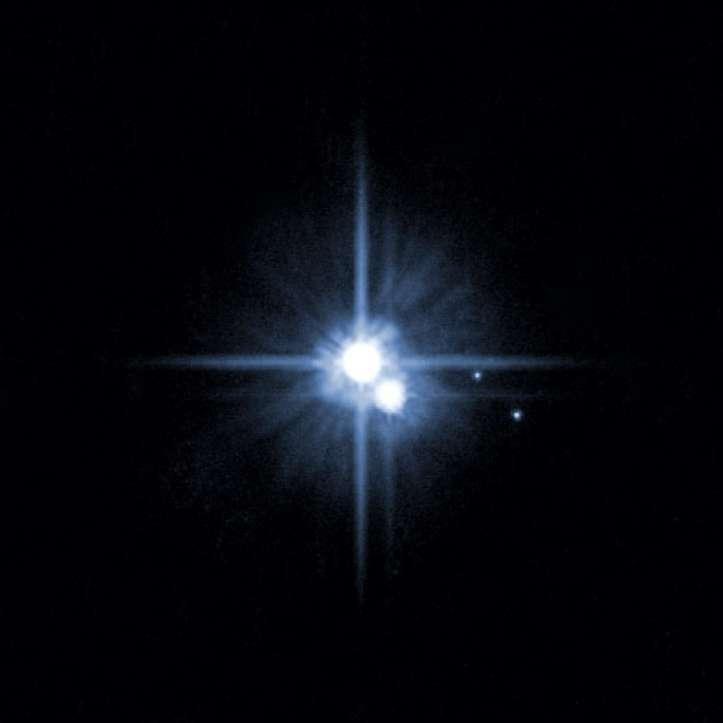 Mynd frá Hubble sjónaukanum árið 2005 sýndi tvö ný tungl. Í miðjunni er Plútó, fyrir neðan er Karon, stærsta tungl plánetunnar og til hliðar eru nýfundnu tunglin Nix og Hýdra.