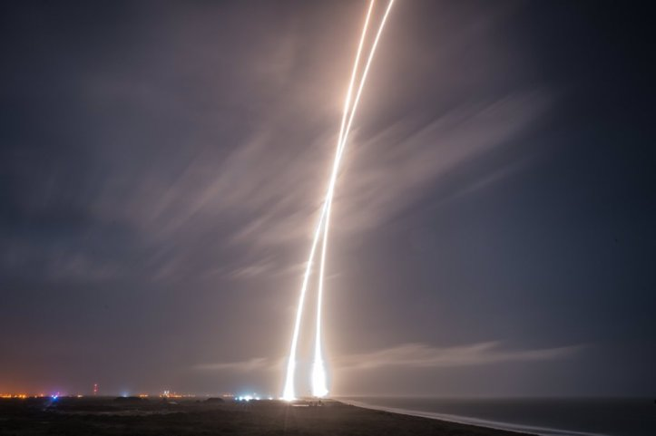 Hikmynd (e. time-lapse) af bæði geimskoti og lendingu Falcon 9 geimflaugarinnar.